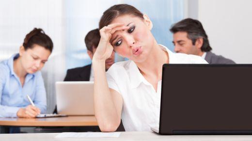 Frau hat Migräne in der Arbeit