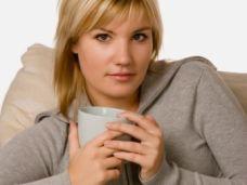 Frau trinkt Kaffee oder Tee