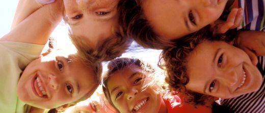 Gruppe von fröhlichen Kindern