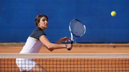 tennisarm frau rückhand